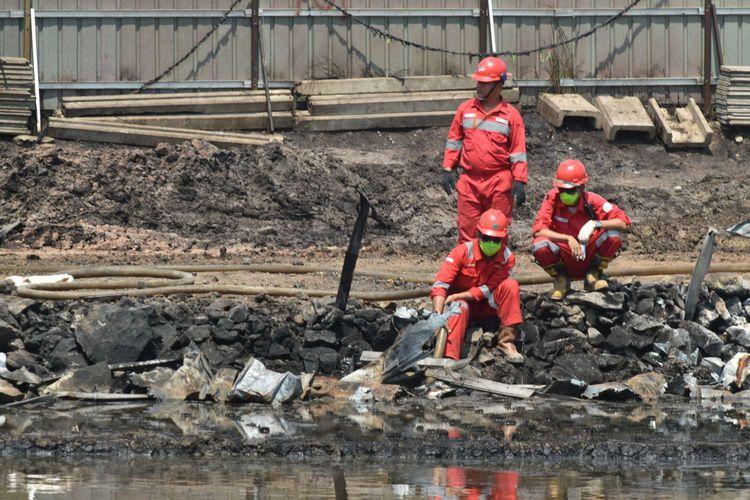 Pasca Kebakaran pipa BBM Pertamina di jalur Kereta Cepat Jakarta Bandung (KCJB) di KM 130 Kampung Mancong, Kelurahan Melong, Cimahi Selatan, petugas Pertamina tengah melakukan sterilisasi minyak dilokasi dengan menyedot tumpahan minyak yang mencemari pesawahan warga.