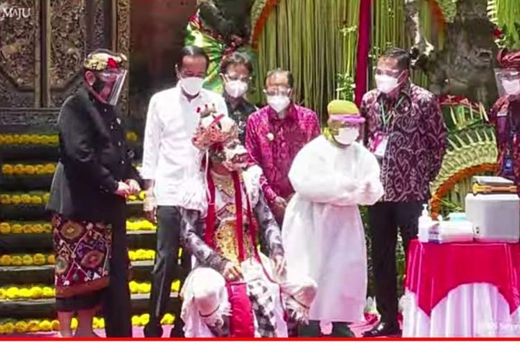 Presiden Joko Widodo saat meninjau vaksinasi di Puri Agung Ubud, Gianyar, Bali, Selasa (16/3/2021).