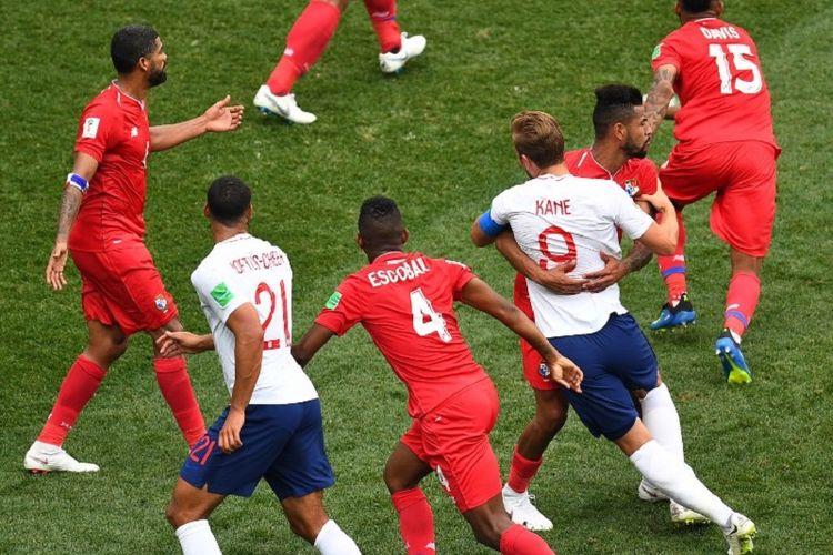 Harry Kane dikawal ketat Anibal Godoy pada pertandingan Inggris vs Panama di Nizhny Novgorod, 24 Juni 2018.