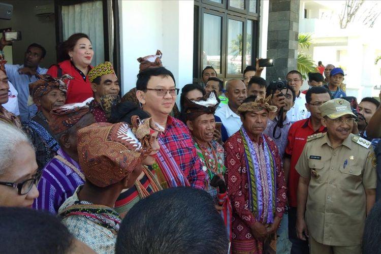Ahok saat berpose bersama sejumlah tokoh adat yang menyambutnya di Kupang, NTT, Selasa (13/8/2019)