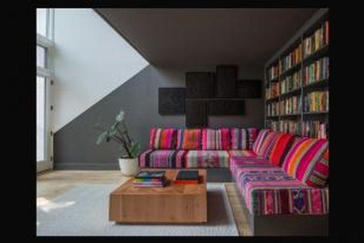 Anda bisa membuat ruangan lebih segar dengan cara menambahkan furnitur atau aksen berwarna mencolok. Carilah sofa mungil berwarna merah menyala, atau karpet beraneka warna. Buatlah dinding interior Anda