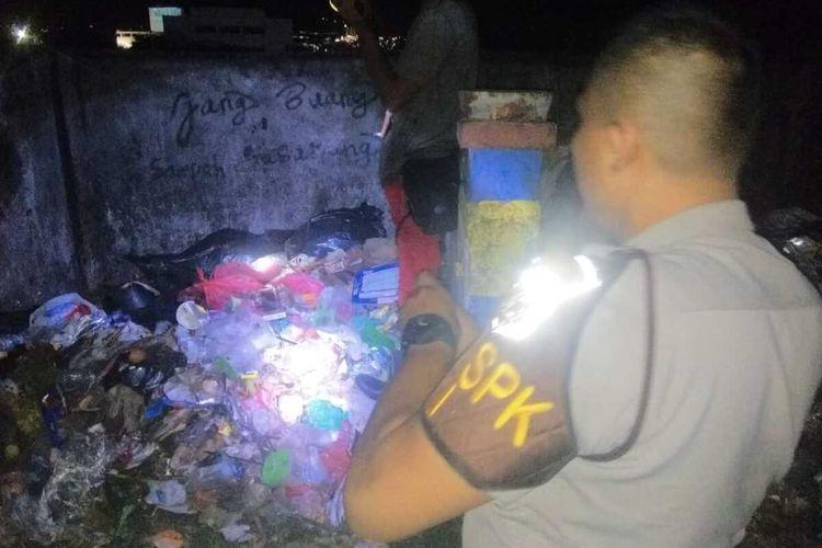 Aparat kepolisian mendatangi lokasi penemuan mayat bayi di sebuah bak sampah di Desa Rumahtiga, Kecamatan Teluk Ambon, Selasa dinihari (3/3/2020)