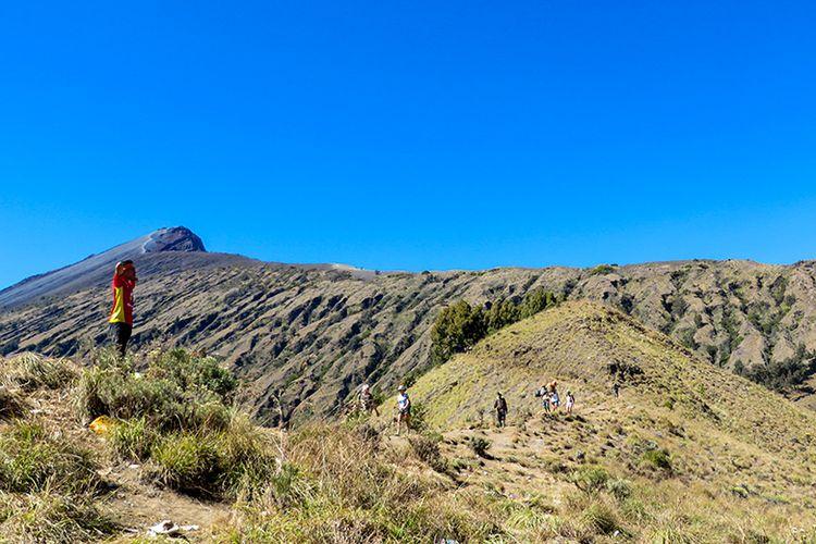 Puncak Gunung Rinjani dilihat dari Plawangan Sembalun.