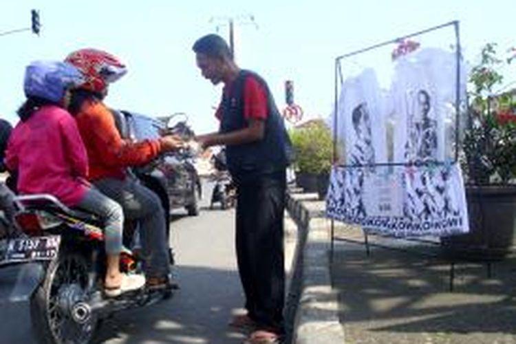 Kaus bergambar Jokowi laris di Semarang.