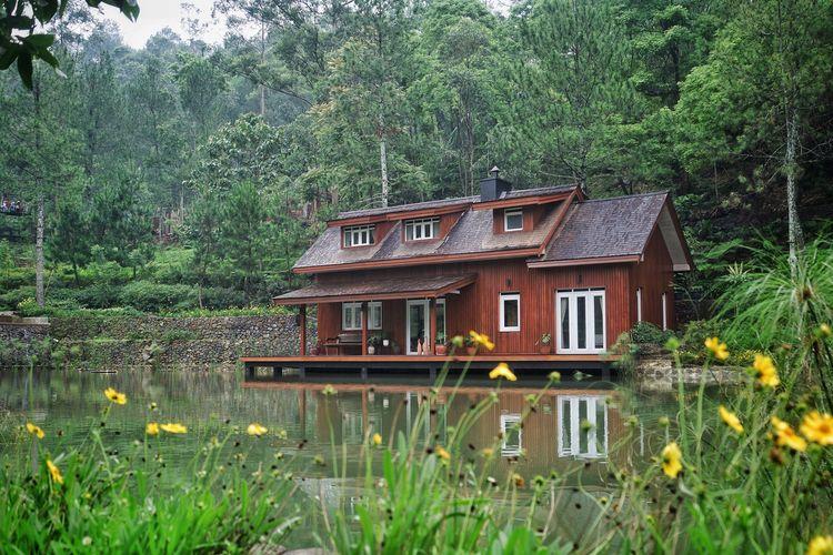 Salah satu penginapan bernama Mooi Lakehouse yang Instagramable di Taman Wisata Bougenville, Bandung.