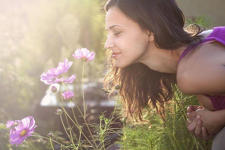 Mencium aroma bunga.