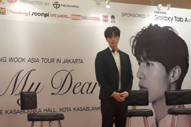 Artis peran Lee Dong Wook menghadiri press conference di Kasablanka Hall, Mall Kota Kasablanka, Jakarta Selatan, pada Jumat (19/5/2017). Pemeran Goblin ini juga bertemu dengan puluhan penggemar beruntung yang mendapatkan akses ke press conference.