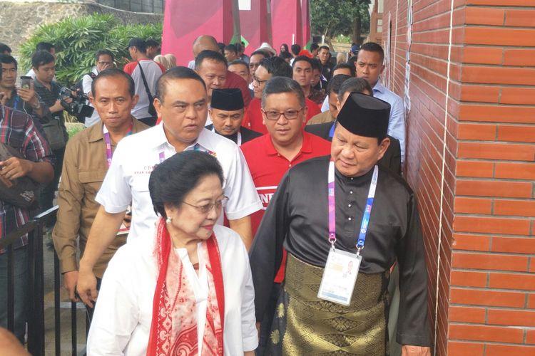 Ketua Umum Partai Gerindra Prabowo Subianto dan Ketua Umum PDIP Megawati Soekarnoputeri  berjalan memasuki venue Pencak Silat Asian Games, Jakarta, Rabu (28/8/2018)