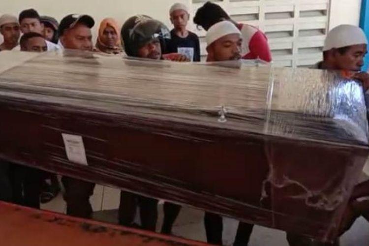 Puluhan kerabat dan anggota keluarga menjemput jenazah pemain timnas U-20 di Bandara Pattimura Ambon, Jumat siang (1/11/2019)