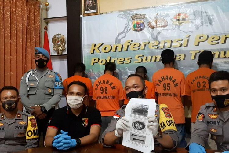 Kapolres Sumba Timur, Nusa Tenggara Timur (NTT) AKBP Handrio Wicaksono (tengah) saat menggelar konferensi pers di Mapolres Sumba Timur, Rabu (2/12/2020).