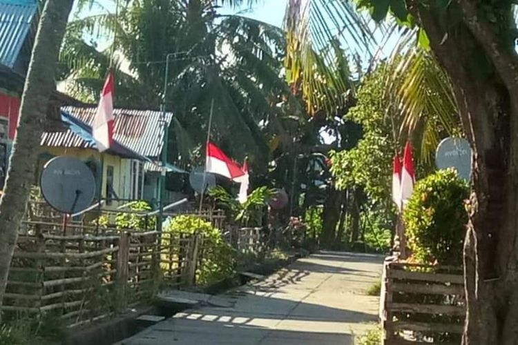 Warga di Kecamatan Pulau Manipa, Kabupaten Seram Bagian Barat, Maluku mengibarkan bendera Merah Putih setengah tiang di depan rumah-rumah mereka sebagai bentuk ungkapan duka atas meninggalnya bupati Muhamad Yasin Payapo, Senin (2/8/2021)
