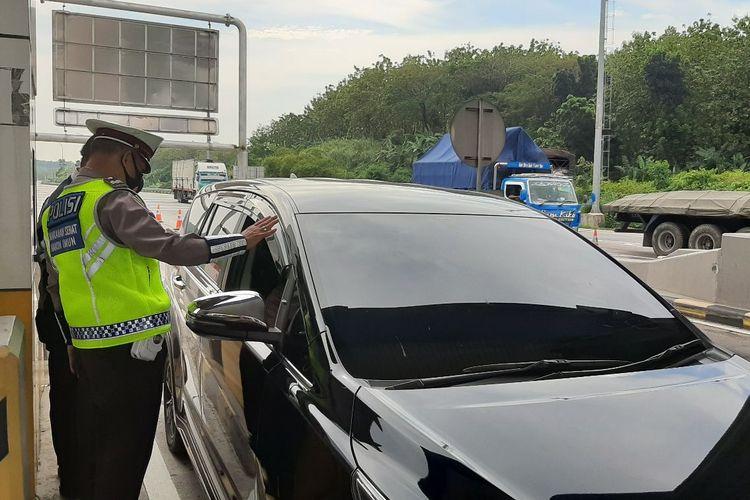 Pemeriksaan kendaraan di GT Kalikangkung Semarang, Jumat (16/7/2021).