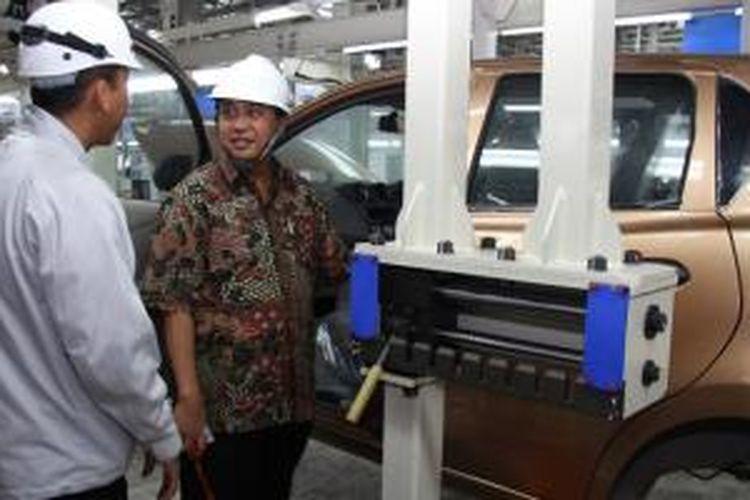 Direktur Industri Alat Transportasi Darat, Soerjono, saat mengunjungi pabrik Nissan di Purwakarta, Jawa Barat, (4/2/2014).