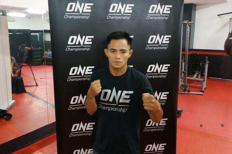 Petarung seni bela diri campuran Indonesia, Stefer Rahardian, berpose pada sela latihan terbuka jelang pertarungan ONE: Eternal Glory, di Syena Martial Arts Center, Jakarta, Rabu (16/1/2019).