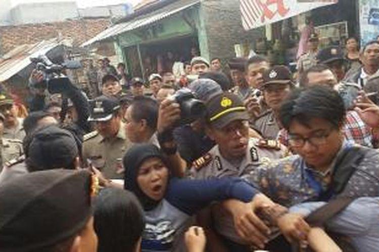 Terjadi kericuhan antara anggota Satpol PP, Kepolisian, dan Lembaga Bantuan Hukum Jakarta sebelum dilakukan penertiban bangunan liar dikawasan Bukit Duri, Tebet, Jakarta Selatan, Selasa (12/1/2016)
