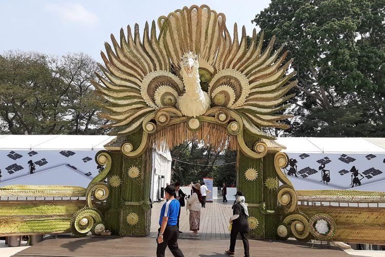 Gapura berbentuk burung garuda karya seniman Bali yang bisa ditemui pada Pekan Kebudayaan Nasional (PKN) dari tanggal 7 sampai 13 Oktober 2019 di Kompleks Istora Gelora Bung Karno, Jakarta.