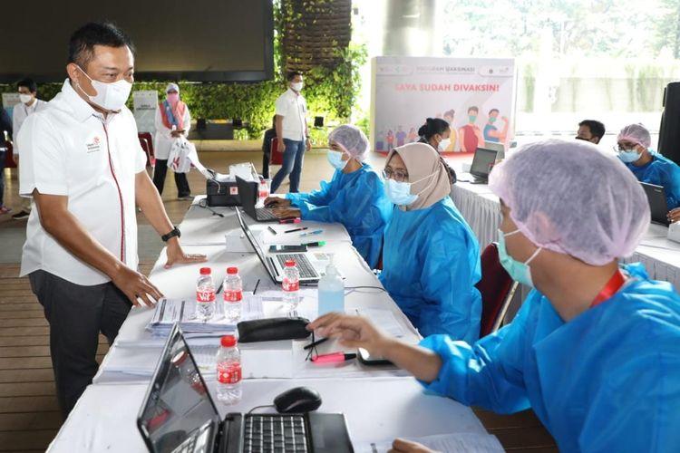 Direktur Utama Telkom Ririek Adriansyah (kiri) menyapa petugas vaksinasi dalam kunjungan peninjauan vaksinasi Covid-19 TelkomGroup di Jakarta, Senin (30/8/2021).