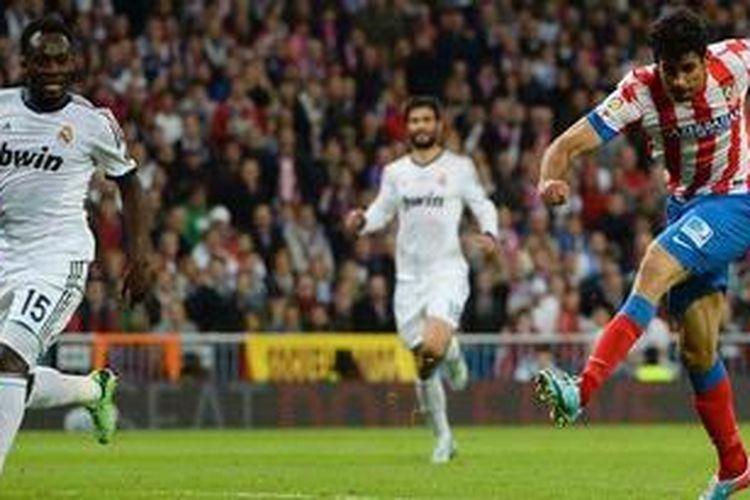 Pemain Atletico Madrid, Diego Costa (kanan), saat melepaskan tendangan yang berujung gol ke gawang Real Madrid pada final Copa del Rey di Santiago Bernabeu, Jumat (17/5/2013). Kedua tim bermain imbang 1-1 hingga waktu normal dan laga pun dilanjutkan ke babak tambahan.
