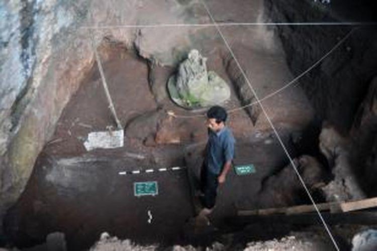 Ekskavasi situs pra-sejarah gua Pawon di kawasan karst Gunung Masigit, Kecamatan Cipatat, Kabupaten Bandung Barat, Jawa Barat yang sempat dihentikan tahun lalu, kembali dilanjutkan. ekskavasi yang dimulai sejak tanggal 22 Juli dan berakhir pada tanggal 4 Agustus mendatang ini kembali menemukan indikasi manusia prasejarah gua pawon berumur belasan ribu tahun.