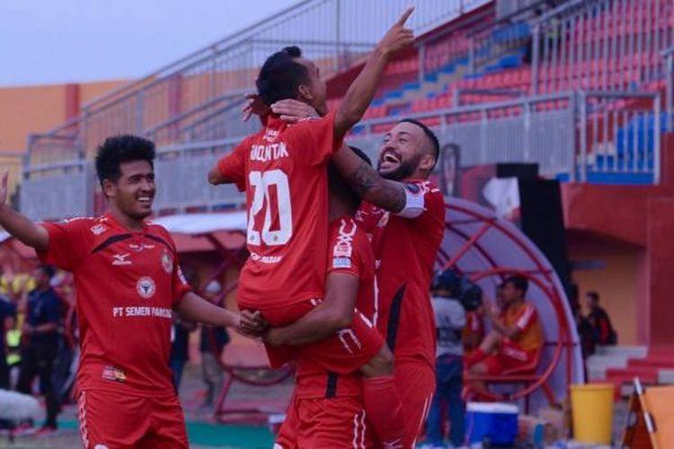 Gelandang mungil Semen Padang, Riko Simanjuntak mencetak gol ke gawang PSCS Cilacap dalam pertandingan grup E Piala Presiden di Stadion Gelora Ratu Pamelingan (SGRP) Pamekasan.