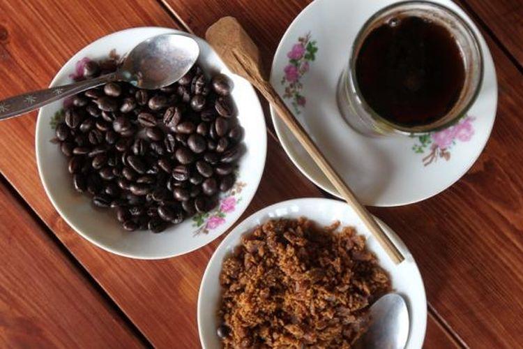 Kopi dan biji kopi produksi dari kebun di Vila MesaStila, Magelang, Jawa Tengah, Senin (13/10/2014). Vila MesaStila dahulu merupakan rumah pemilik kebun kopi asal Belanda, Gustav Van Der Swan tahun 1928 dan pernah berpindah kepemilikan pada HOS Cokroaminoto.