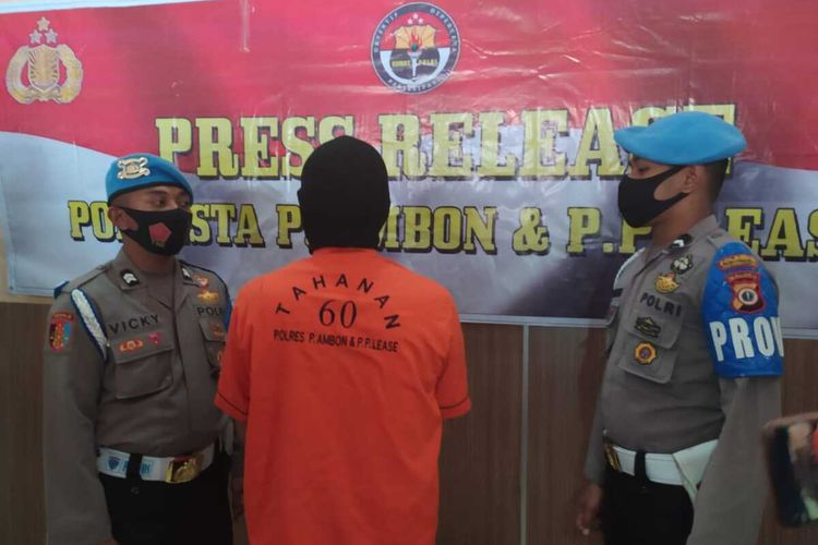 EM tersangka dugaan penganiayaan terhadap anak angkat sendiri hingga tewas dihadirkan saat ekspos kasus di Polresta Pulau Ambon dan Pulau-Pulau Lease, Rabu (14/10/2020)