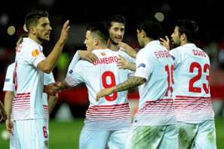 Para pemain Sevilla merayakan gol Kevin Gameiro ke gawang Mode pada leg pertama babak 32 besar Liga Europa di Stadion Ramon Sanchez Pizjuan, Kamis (18/2/2016).