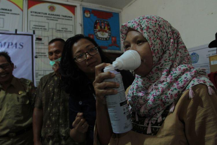 Harian Kompas memberikan bantuan berupa 320 masker dan 150 tabung oksigen kepada warga Kecamatan Tandus yang terkena dampak akibat kebakaran hutan dan lahan, Senin (14/10/2019).