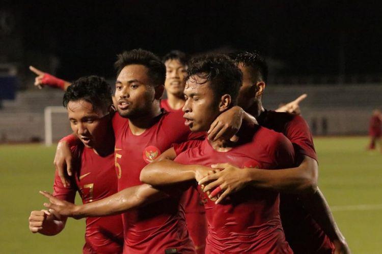 Para pemain timnas U-23 Indonesia melakukan selebrasi usai gol Osvaldo Haay (depan) ke gawang Thailand pada laga Grup B SEA Games 2019, Selasa (26/11/2019).