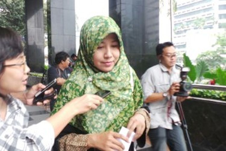 Lusi Triana, istri kedua mantan Presiden Partai Keadilan Sejahtera, Luthfi Hasan Ishaaq, saat mendatangi Gedung KPK untuk menjenguk suaminya yang ditahan di Rutan Guntur, Selasa (2/7/2013).