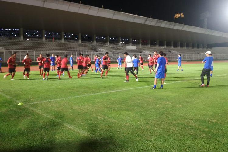 Suasana latihan perdana timnas Indonesia di bawah asuhan pelatih Shin Tae-yong di Stadion Madya, Jumat 14 Februari 2020.