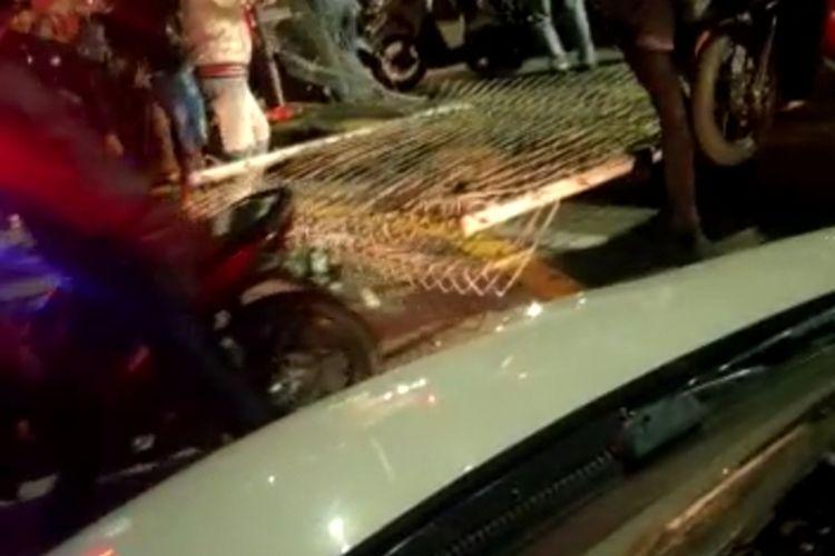 Screenshot Video Viral yang melakukan pengrusakan beberapa pagar di Jembatan Suramadu sisi Surabaya.
