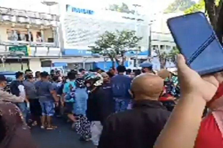 Tangkapan layar video keluarga dan warga di ruas jalan Sam Ratulangi depan RS Pancaran Kasih Manado