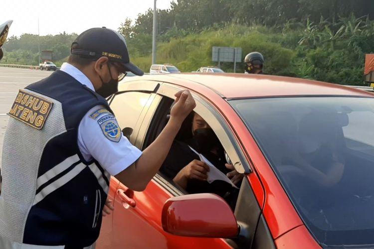 Pos penyekatan di gerbang tol Kalikangkung, Semarang.