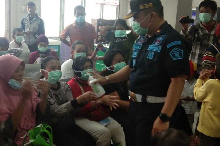 Kepala Lapas Narkotika Kelas II A Jakarta Oga Darmawan saat beri cairan hand sanitizer kepada warga di Lapas Narkotika Kelas II A Jakarta, Jatinegara, Jakarta Timur, Senin (16/3/2020).
