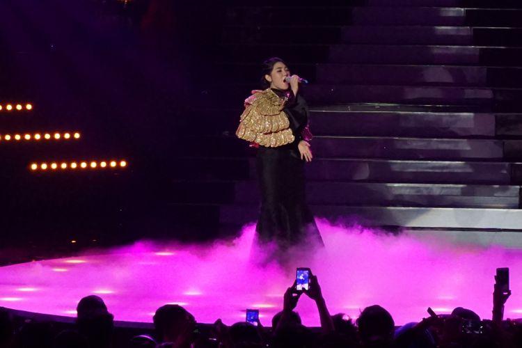 Penyanyi dangdut Via Vallen di panggung konser Via Vallen Dangdut Never Dies di Balai Sarbini, Semanggi, Jakarta Selatan, Selasa (1/5/2018).