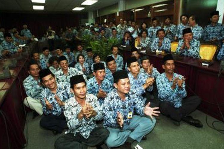 ILUSTRASI - Ratusan pegawai negeri dari berbagai instansi yang tergabung dalam Korps Pegawai Republik Indonesia (Korpri), dengan penuh harapan bertepuk tangan ketika Ketua DPR Akbar Tandjung, Kamis (30/3/2000), di Gedung DPR Jakarta, menjanjikan untuk mendesak pemerintah menunda pelaksanaan Surat Edaran mengenai Tunjangan Jabatan Struktural.