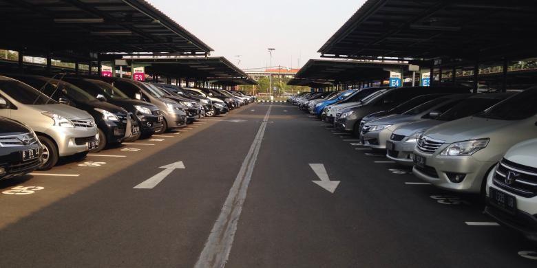 Kondisi lahan parkir inap di kawasan perkantoran Bandara Soekarno-Hatta, Tangerang, Rabu (24/6/2015).