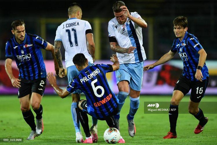 (Ki-Ka) Rafael Toloi, Joaquin Correa, Jose Luis Palomino, Sergej Milinkovic-Savic, Marten de Roon berduel memperebutkan bola pada laga Atalanta vs Lazio di Stadio Azzurri dItalia dalam lanjutan pekan ke-27 Serie A, kasta teratas Liga Italia, Rabu (24 Juni 2020).