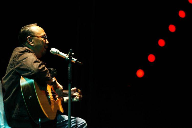 Penyanyi balada Ebiet G Ade membawakan lagunya yang meledak pada medio 1979 dengan judul Arti Sebuah Nama saat konsernya Ebiet G Ade untuk Bandung: Bandung Makin Teduh di Sasana Budaya Ganesha, Institut Teknologi Bandung (ITB), Bandung, Jawa Barat, Sabtu (8/5/2010) malam.