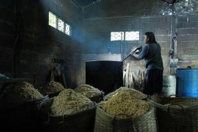 Seorang pekerja sedang merebus kedelai yang akan di olah menjadi tempe disebuah tempat pembuatan tempe di Singkawang, Kalimantan Barat (10/9/2013).