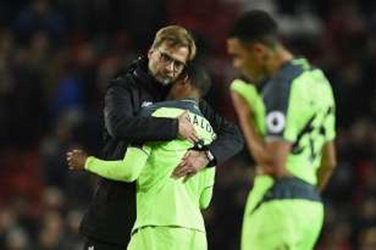 Juergen Klopp memeluk anak asuhnya setelah Liverpool bermain imbang 1-1 dengan Manchester United pada partai lanjutan Premier League di Stadion Old Trafford, Minggu (15/1/2017).