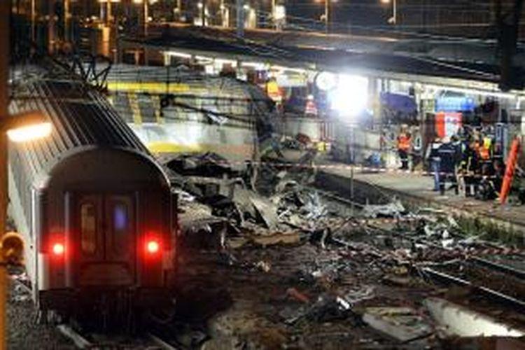 Kondisi kereta dan stasiun di pinggir kota Paris, Perancis, Jumat (12/7/2013), sesaat setelah kereta antarkota tersebut tergelincir dan menabrak peron dengan kecepatan tinggi pada Jumat petang waktu setempat. AFP/LIONEL BONAVENTURE