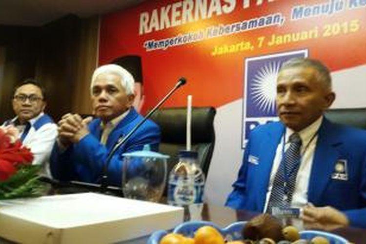 Ketua DPP Partai Amanat Nasional, Zulkifli Hasan (kiri), Ketua Umum PAN Hatta Rajasa (tengah), dan Ketua Majelis Pertimbangan Pusat PAN, Amien Rais (kanan), dalam rapat kerja nasional (rakernas) di kantor DPP PAN, Jalan TB Simatupang No.88, Jakarta Selatan, Rabu (7/1/2015)