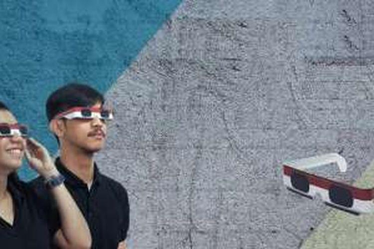 Kacamata khusus untuk menyaksikan gerhana matahari yang dijual khusus di Gramedia.