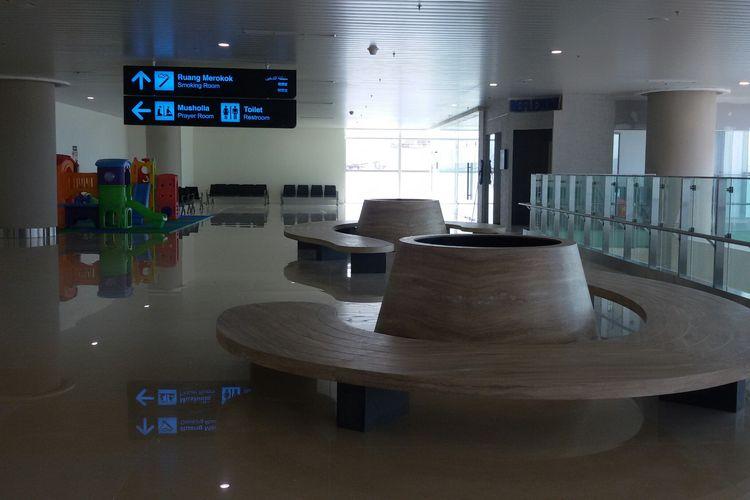 Ruang tunggu terlihat sangat lapang di dalam terminal Bandara Yogyakarta International Airport, Kecamatan Temon, Kulon Progo, Daerah Istimewa Yogyakarta.