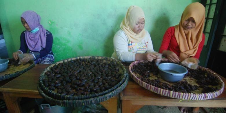 Sejumlah pekerja tengah membentuk adonan Torakur menjadi bentuk kecil-kecil seperti   kurma.