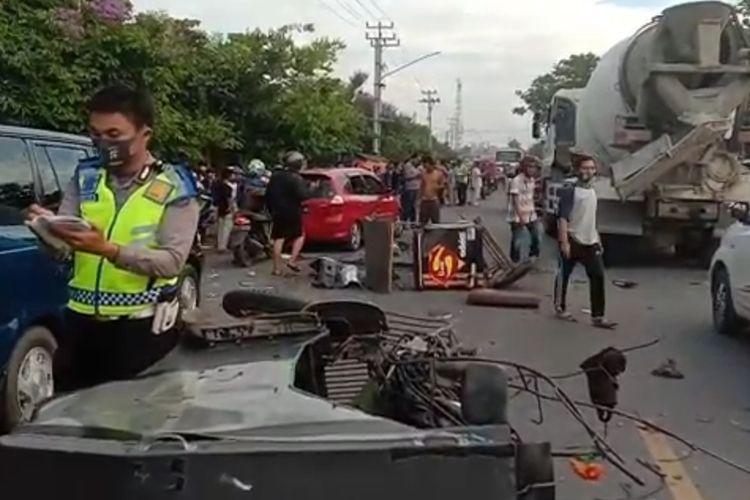 Suasana di lokasi usai kejadian kecelakaan yang menyebabkan dua orang meninggal dunia di jalan lintas timur Palembang-Ogan Ilir Sumatera Selatan Minggu (27/9/2020) sore pukul 17.00 WIB.