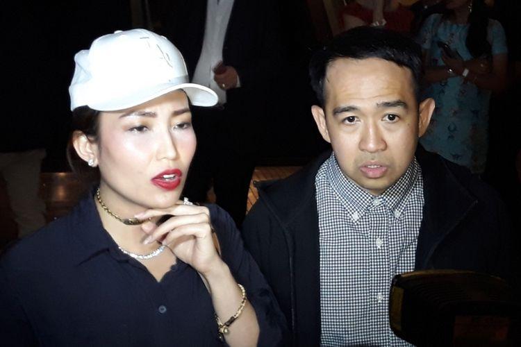 Iwet Ramadhan (kanan) dan Ayu Dewi (kiri) ditemui usai menonton konser Syahrini di Ciputra Artpreneur, Jakarta Selatan, Kamis (20/9/2018) malam.