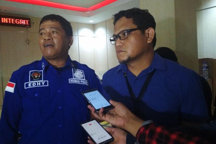 Kanit Reskrim Polsek Panakkukang Iptu Iqbal Usman (kanan) terkait kasus penimbunan masker saat diwawancara di Mapolrestabes Makassar, Kamis (5/3/2020).